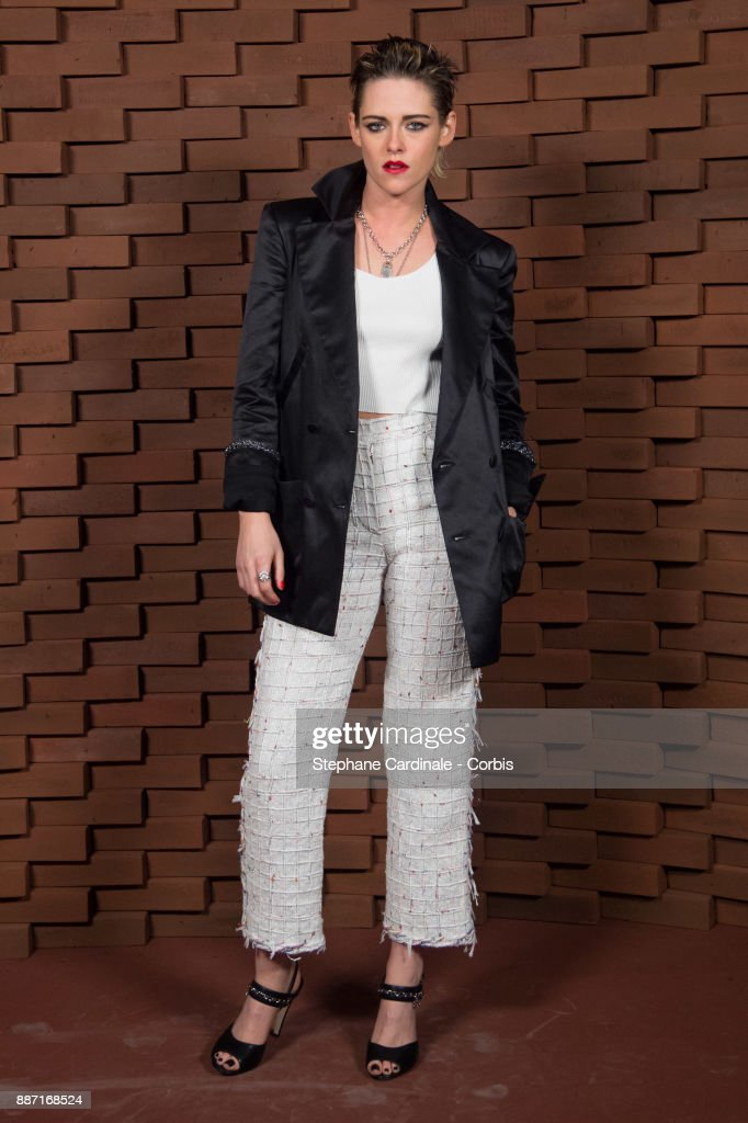 Kristen Stewart attends the Chanel - Collection Metiers d'Art Paris Hamburg 2017/18 on December 6, 2017 in Hamburg, Germany.