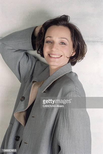 Kristin Scott Thomas Janvier 2002 portrait de l'actrice britannique Kristin SCOTT THOMAS appuyée contre un mur portant un manteau gris une main dans...
