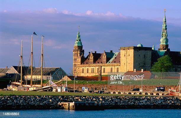 Kronenborg Slot across water.