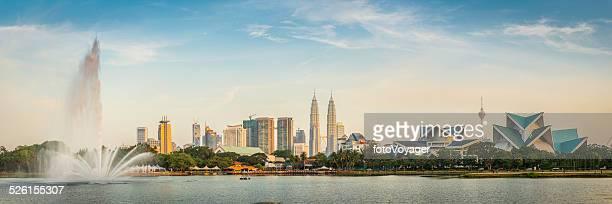 Kuala Lumpur Torres Petronas emblemático rascacielos al atardecer paisaje de fuente de Malasia