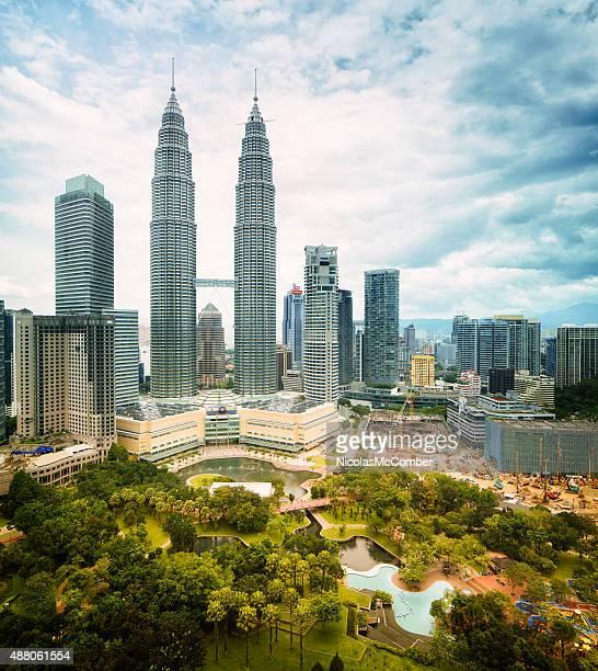 Vista de los edificios de la ciudad de Kuala Lumpur con torres Petronas día