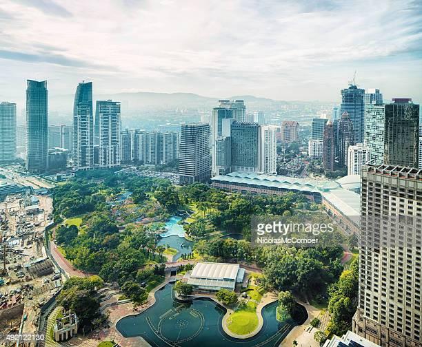 Vista de los edificios de la ciudad de Kuala Lumpur con vista aérea de la ciudad de Kuala Lumpur park