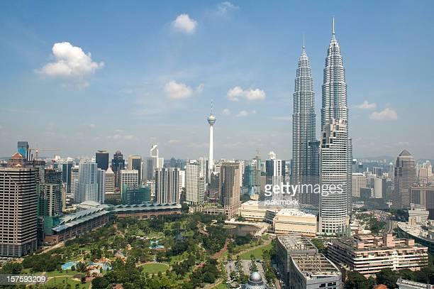 Vista de los edificios de la ciudad de Kuala Lumpur con torres Petronas en Malasia