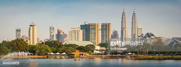 Kuala Lumpur atardecer paisaje de panorama del centro de la ciudad de rascacielos Torres Petronas de Malasia