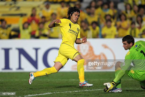 Kudo Masato of Kashiwa scores a goal during the AFC Champions League match between the Central Coast Mariners and Kashiwa at Bluetongue Stadium on...