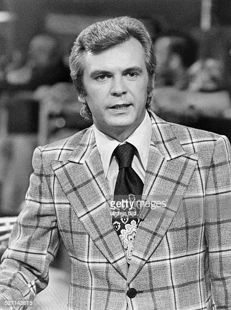 Kuerten Dieter Sportreporter Moderator D waehrend einer Sendung 1974