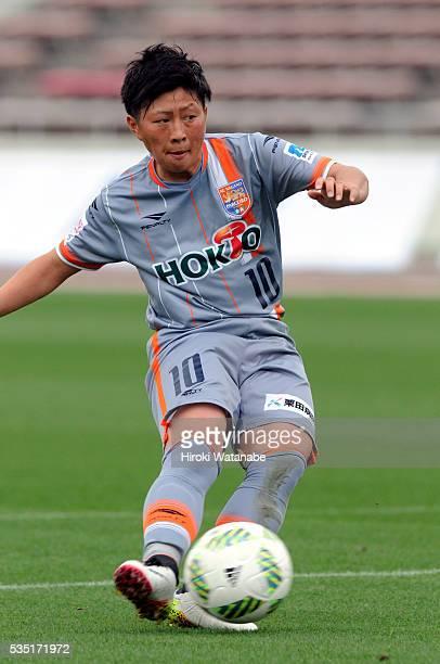 Kumi Yokoyama of AC Nagano Parceiro scores her team's first goal during the Nadeshiko League match between Urawa Red Diamonds Ladies and AC Nagano...