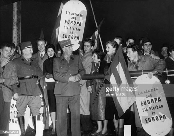Kundgebung der Europa Union und dereuropäischen Jugendbewegung an der Grenzezu Luxemburg für ein vereintes EuropaDemonstranten am Schlagbaum...