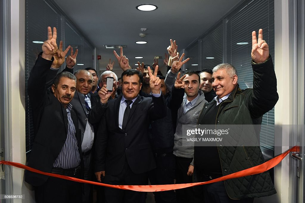 Kurdish men flash victory signs during the opening ceremony of the representation office of the autonomous Syrian Kurdish region in Moscow, on February 10, 2016. Syrian Kurdish separatists on February 10 opened a representation office in Moscow as the Kremlin pushes to have them included in Syria peace talks despite Turkey's strong objections. AFP PHOTO / VASILY MAXIMOV / AFP / VASILY MAXIMOV