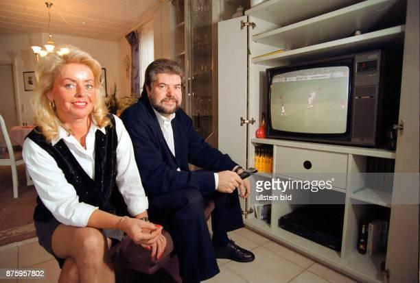 Kurt Beck Ministerpräsident von RheinlandPfalz und seine Frau sehen sich gemeinsam ein Fußballspiel im Fernsehen an
