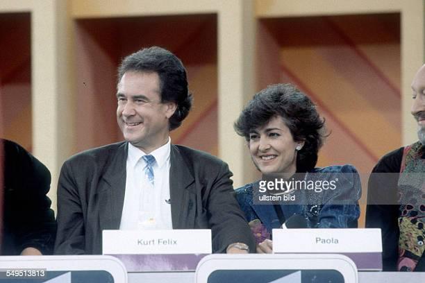 Kurt Felix der Schweizer Fernsehmoderator und Fernsehjournalist mit Ehefrau Paola Schlagersaengerin bei einem TVAuftritt