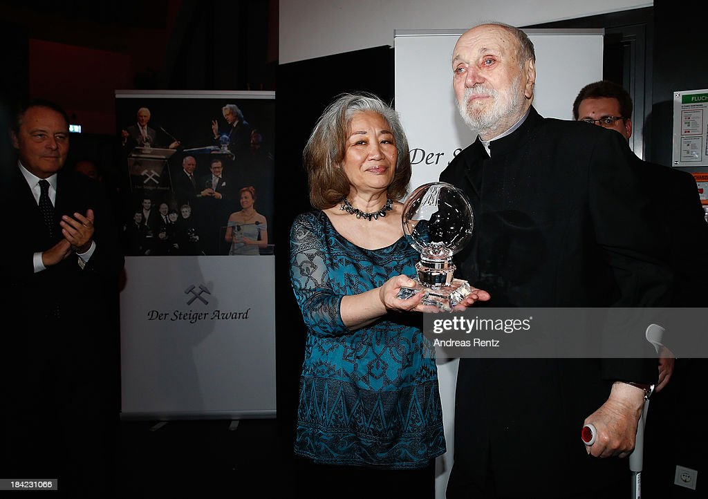 <a gi-track='captionPersonalityLinkClicked' href=/galleries/search?phrase=Kurt+Masur&family=editorial&specificpeople=1277419 ng-click='$event.stopPropagation()'>Kurt Masur</a> and wife Tomoko Masur pose with his award at the Steiger Award 2013 at Dortmunder U on October 12, 2013 in Dortmund, Germany.
