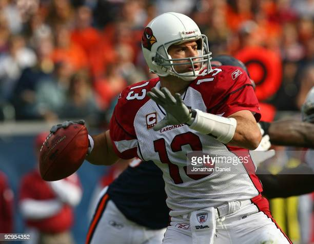 Kurt Warner of the Arizona Cardinals throws a apss against the Chicago Bears at Soldier Field on November 8 2009 in Chicago Illinois The Cardinals...