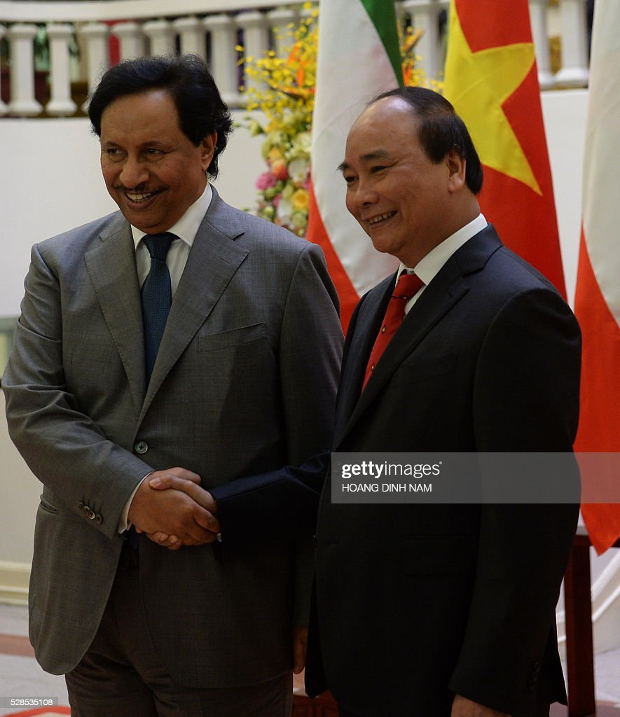 Kuwait Prime Minister Prime Minister Sheikh Jaber al-Mubarak al-Sabah (L) shakes hands with his Vietnamese counterpart Nguyen Xuan Phuc during a welcoming ceremony at the presidential palace in Hanoi on May 6, 2016. The Kuwaiti prime minister is on a two-day state visit to Vietnam, and is the first foreign dignitary to visit after Vietnamese Prime Minister Nguyen Xuan Phuc took office last month. / AFP / POOL / HOANG