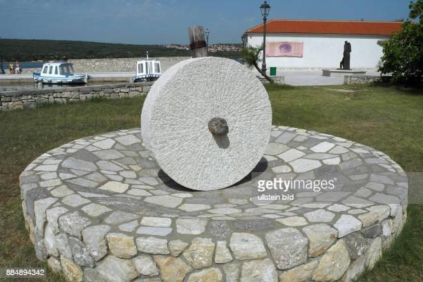 Kvarner Bucht an der Adria eine 1310 m lange Bogenbruecke ist die Verbindung zur groessten Insel Krk Von Punat zur Klosterinsel Koslijun muss man...