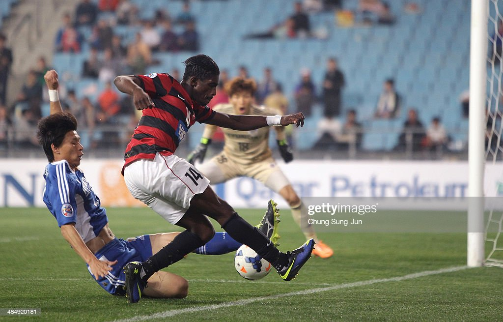 Kwabena Appiah of Western Sydney compete for the ball with Kim ChiGon of Ulsan Hyundai during the AFC Champions League Group H match between Ulsan...