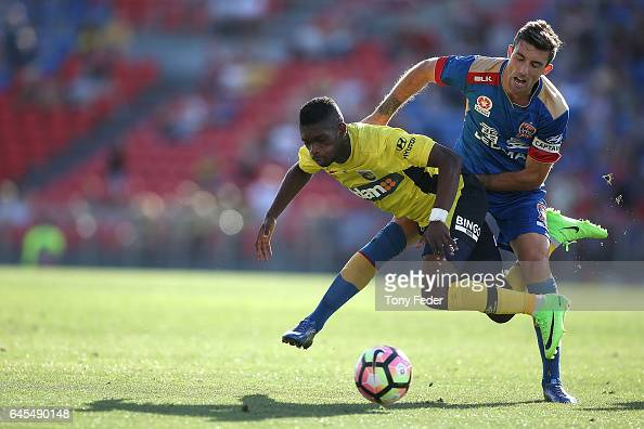 Kwabena AppiahKubi of the Mariners and Jason Hoffman of the Jets contest the ball during the round 21 ALeague match between the Newcastle Jets and...