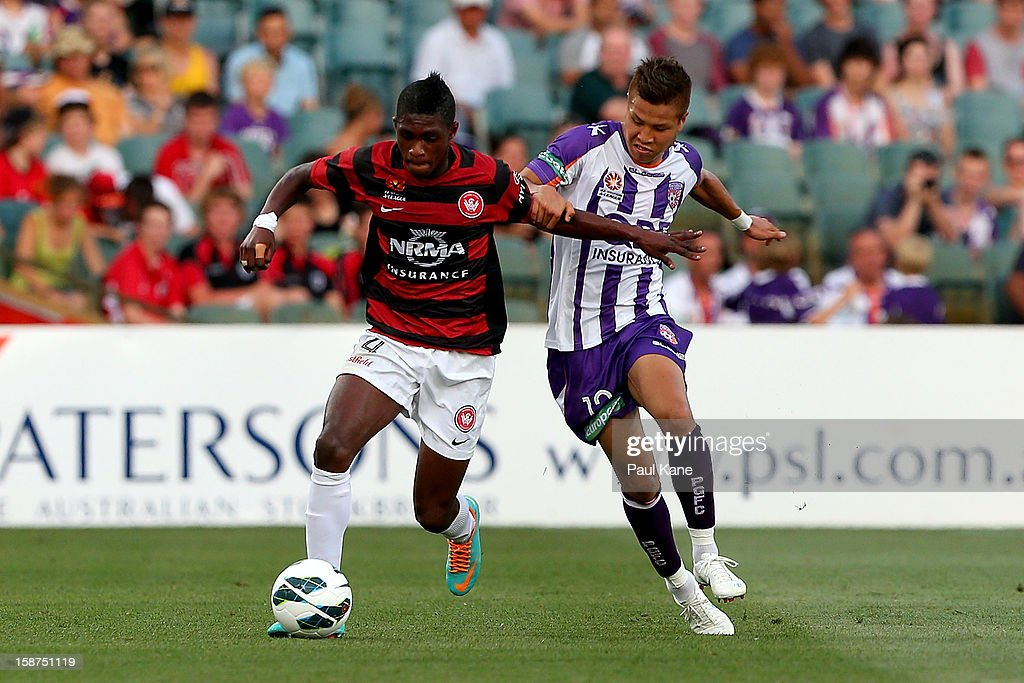 Kwabena Appiah-Kubi of the Wanderers and Ryo Nagai of the Glory contest for the ball during the round 13 A-League match between the Perth Glory and the Western Sydney Wanderers at Patersons Stadium on December 27, 2012 in Perth, Australia.