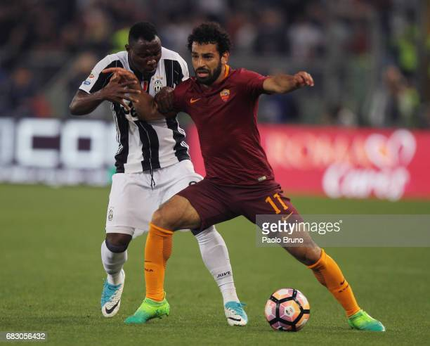 Kwadwo Asamoah of Juventus FC competes for the ball with Mohamed Salah of AS Roma during the Serie A match between AS Roma and Juventus FC at Stadio...