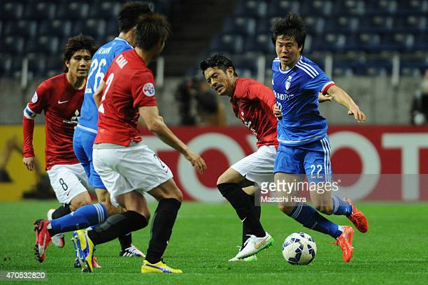 Kwon Changhoon of Suwon Samsung FC and Keita Suzuki of Urawa Red Diamonds compete for the ball during the AFC Champions League Group G match between...