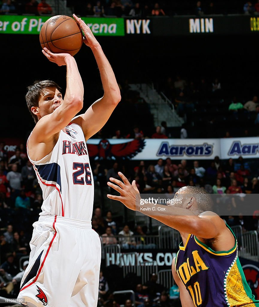 <a gi-track='captionPersonalityLinkClicked' href=/galleries/search?phrase=Kyle+Korver&family=editorial&specificpeople=202504 ng-click='$event.stopPropagation()'>Kyle Korver</a> #26 of the Atlanta Hawks shoots a three-point basket over <a gi-track='captionPersonalityLinkClicked' href=/galleries/search?phrase=Eric+Gordon+-+Basketball+Player&family=editorial&specificpeople=4212733 ng-click='$event.stopPropagation()'>Eric Gordon</a> #10 of the New Orleans Hornets at Philips Arena on February 8, 2013 in Atlanta, Georgia.
