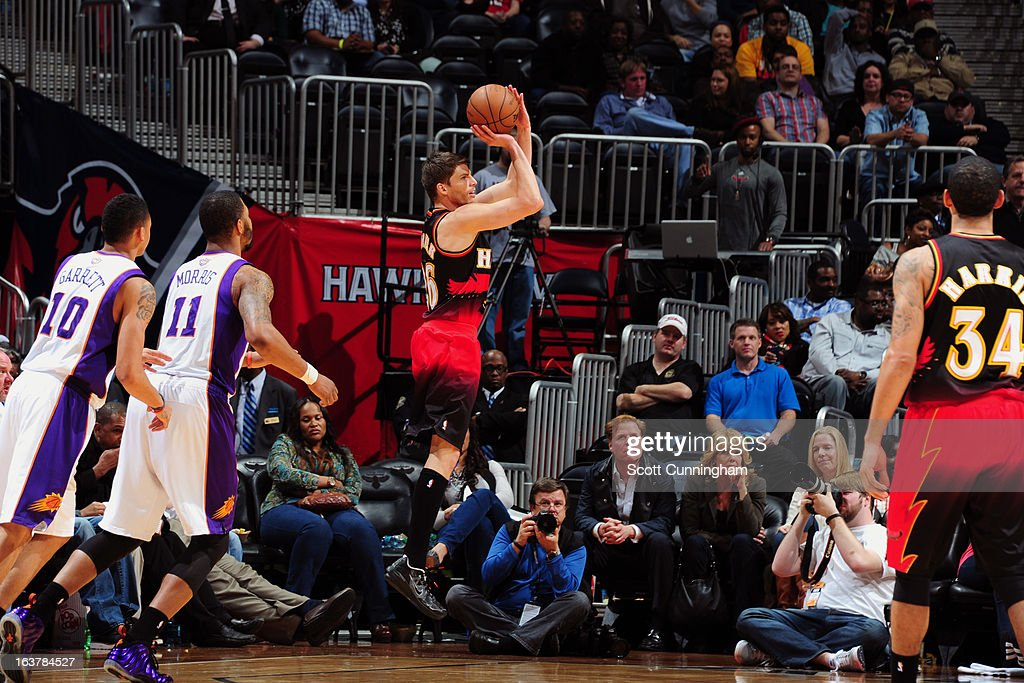 <a gi-track='captionPersonalityLinkClicked' href=/galleries/search?phrase=Kyle+Korver&family=editorial&specificpeople=202504 ng-click='$event.stopPropagation()'>Kyle Korver</a> #26 of the Atlanta Hawks shoots an open shot against the Phoenix Suns on March 15, 2013 at Philips Arena in Atlanta, Georgia.