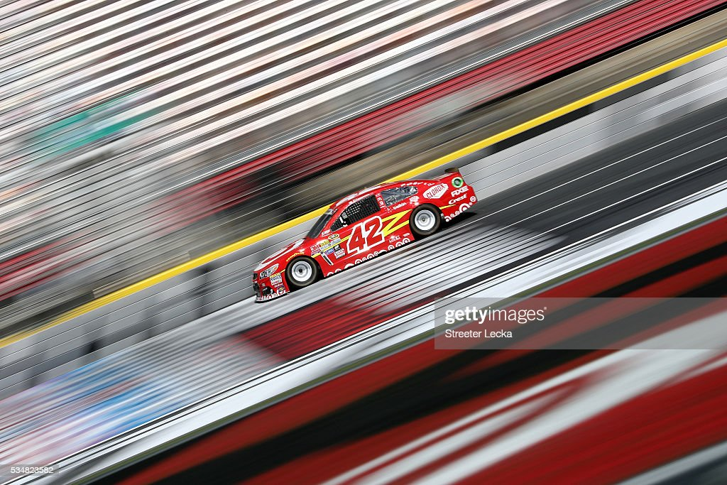 <a gi-track='captionPersonalityLinkClicked' href=/galleries/search?phrase=Kyle+Larson+-+Rennfahrer&family=editorial&specificpeople=2115989 ng-click='$event.stopPropagation()'>Kyle Larson</a>, driver of the #42 Target Chevrolet, practices for the NASCAR Sprint Cup Series Coca-Cola 600 at Charlotte Motor Speedway on May 28, 2016 in Charlotte, North Carolina.