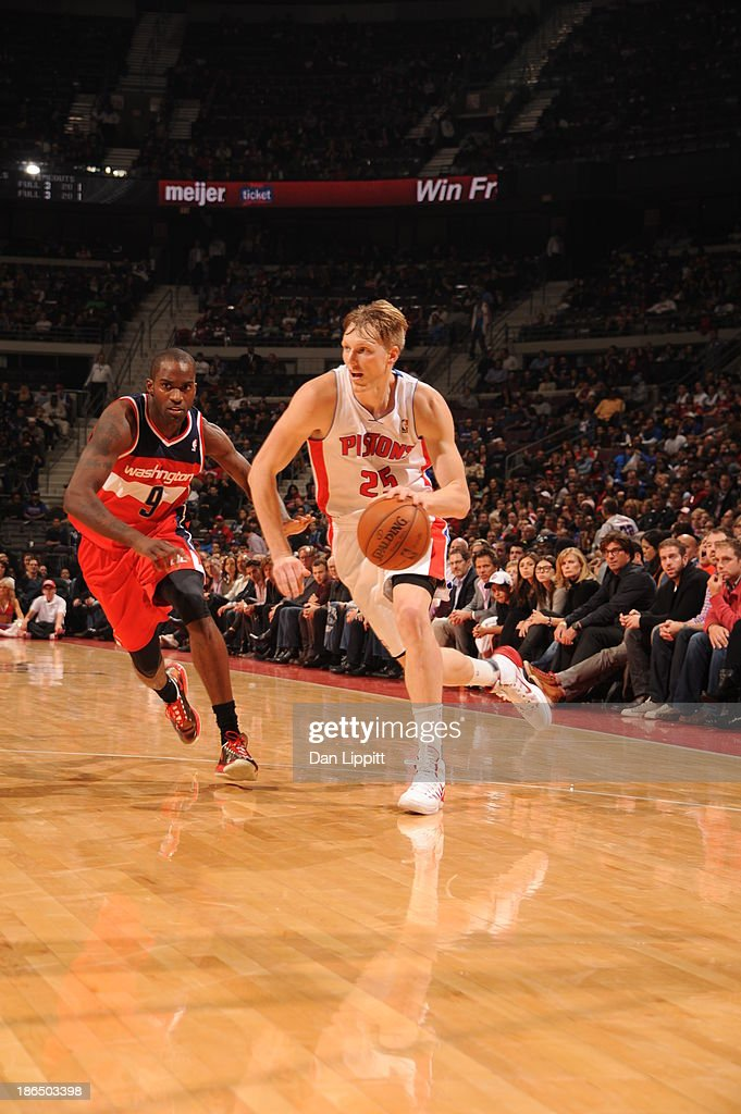 <a gi-track='captionPersonalityLinkClicked' href=/galleries/search?phrase=Kyle+Singler&family=editorial&specificpeople=4216029 ng-click='$event.stopPropagation()'>Kyle Singler</a> #25 of the Detroit Pistons dribbles to the basket against the Washington Wizards during the game on October 30, 2013 at The Palace of Auburn Hills in Auburn Hills, Michigan.