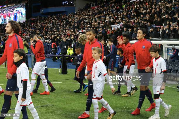 Kylian Mbappe and Edinson Cavani of Paris SaintGermain entry in the pitch before the Ligue 1 match between Paris Saint Germain and Lille OSC at Parc...