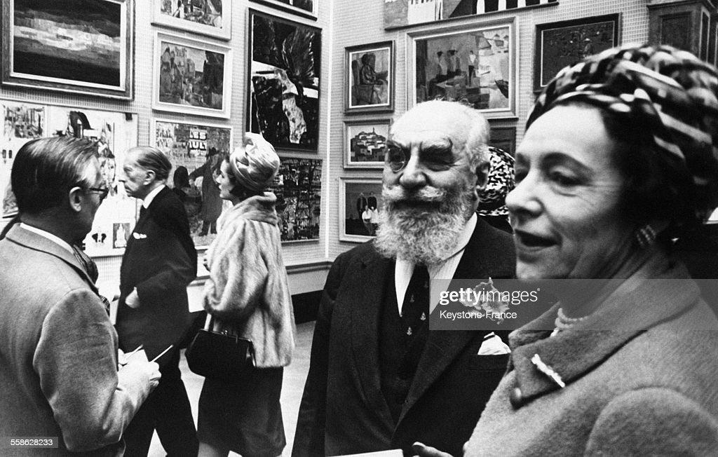 A l Academie Royale de Londres, le jour de l ouverture de l exposition annuelle, au premier plan, portant monocle avec une magnifique barbe, le richissime armenien <a gi-track='captionPersonalityLinkClicked' href=/galleries/search?phrase=Nubar+Gulbenkian&family=editorial&specificpeople=943073 ng-click='$event.stopPropagation()'>Nubar Gulbenkian</a> et a gauche Paul Getty, le 1 mai 1965 a Londres, Royaume Uni.