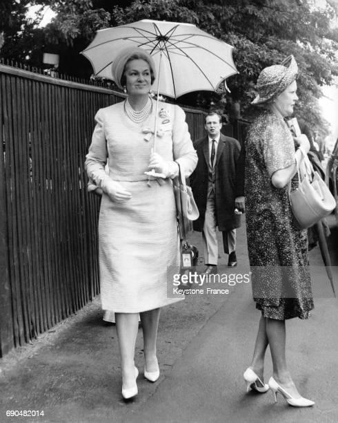 La bégum des Ismaéliens Aga Khan veuve du prince Aga Khan III portant un parapluie lors d'une course hippique au Royal Ascot le 19 juin 1962 à Ascot...