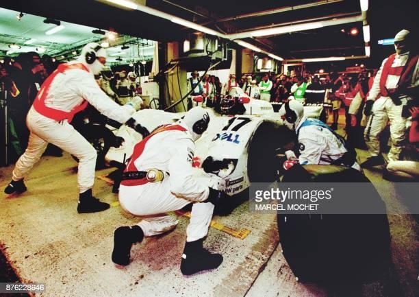 la BMW V12 pilotée par le Danois Tom Kristensen le Finlandais Jiji Lehto et l'Allemand Jorg Muller effectue un ravitaillement dans la nuit du 12 au...