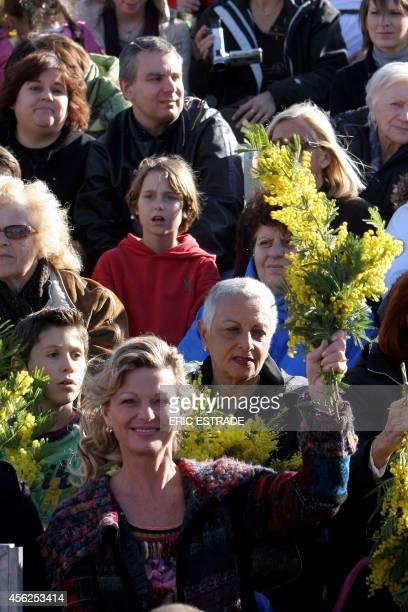 La chanteuse américaine Jeane Manson assiste le 28 février 2007 au corso fleuri du carnaval de Nice American singer Jane Manson attends 28 February...