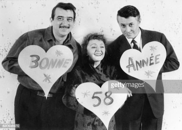 La chanteuse Edith Piaf pose avec ses partenaires Armand Mestral et Michel Auclair le 30 décembre 1957 à Paris pour souhaiter une bonne année 1958 à...