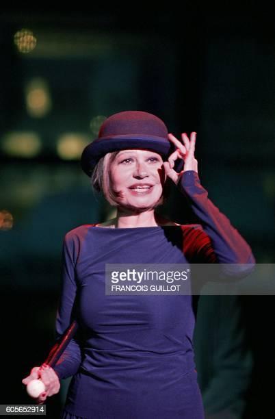 La chanteuse et comédienne Guesch Patti répète une scène de L'Opéra de quat'sous de Bertolt Brecht le 25 septembre 2004 au théâtre de la Colline à...