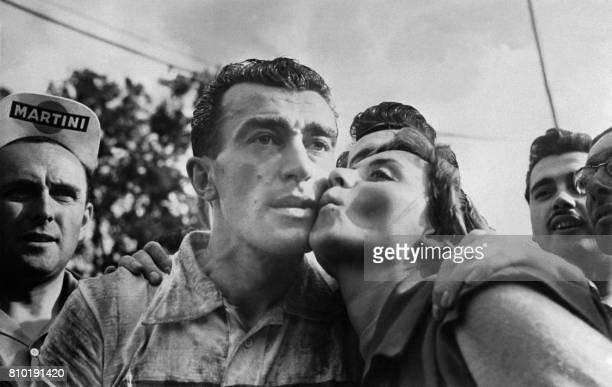 La chanteuse française Annie Cordy embrasse le cycliste Louison Bobet le 09 juillet 1955 à son arrivée à Namur et après qu'il ait remporté la 3ème...