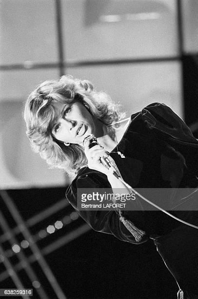 La chanteuse Jeane Manson chante à la télévision le 9 février 1983 à Paris France