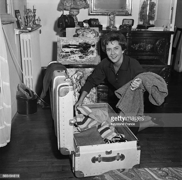 La chanteuse Mick Micheyl avant son départ pour les EtatsUnis où elle va donner une série de concerts à Paris France le 30 septembre 1959