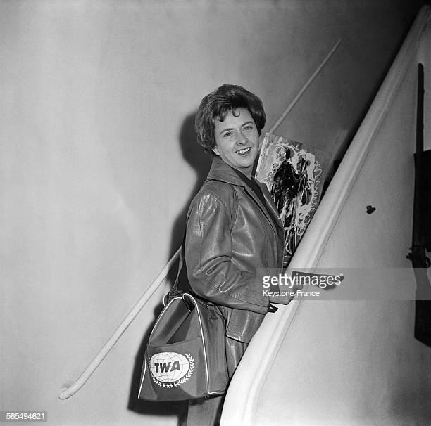 La chanteuse Mick Micheyl avant son départ pour les EtatsUnis où elle va donner une série de concerts France le 30 septembre 1959