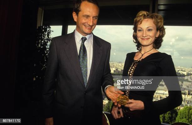La chanteuse Patricia Kaas est nommee ambassadrice de la Lorraine ici avec Gerard Longuet president du conseil regional de Lorraine en juillet 1993 a...