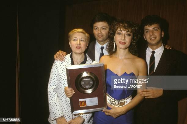 La chanteuse Rose Laurens recoit un disque d'or pour sa chanson Africa le 26 mai 1983 a Paris France