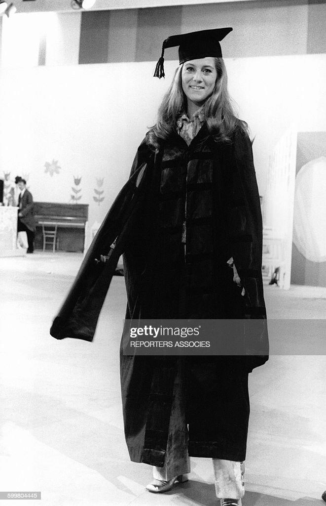 La chanteuse Sheila en toge et toque carrée, circa 1960 en France .