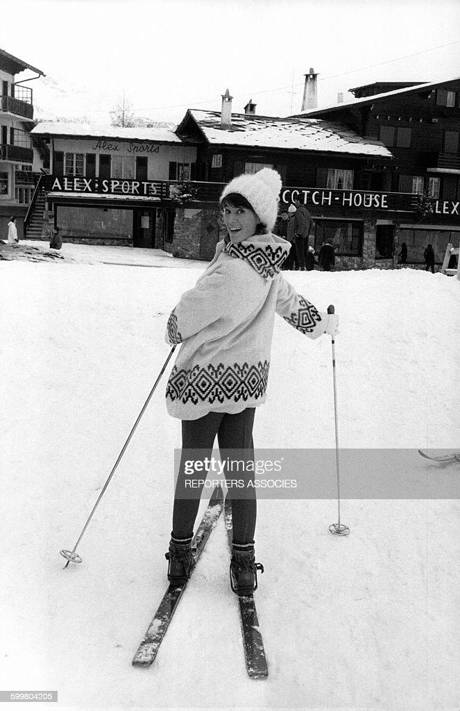 La chanteuse Sheila lors de ses vacances aux sports d'hiver en 1964 à CransurSierre Suisse