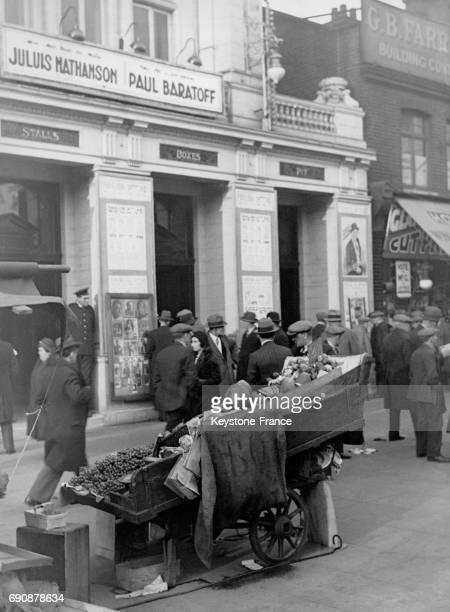 La charrette d'un primeur remplie de fruits et légumes dans la rue