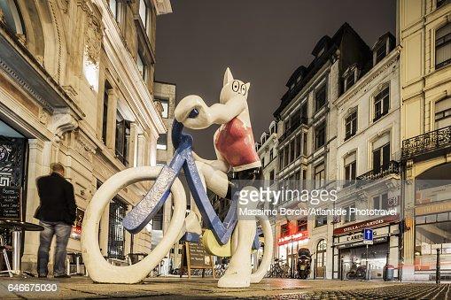 La Chatte à Bicyclette Statue (sculptor Alain Séchas) : Stock Photo