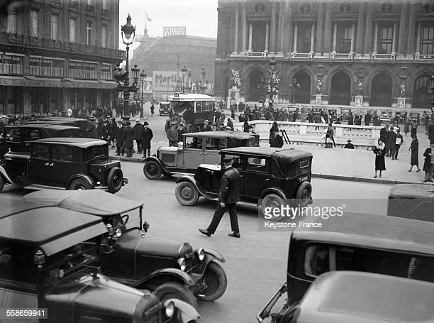 La circulation Place de l'Opéra à Paris France circa 1930