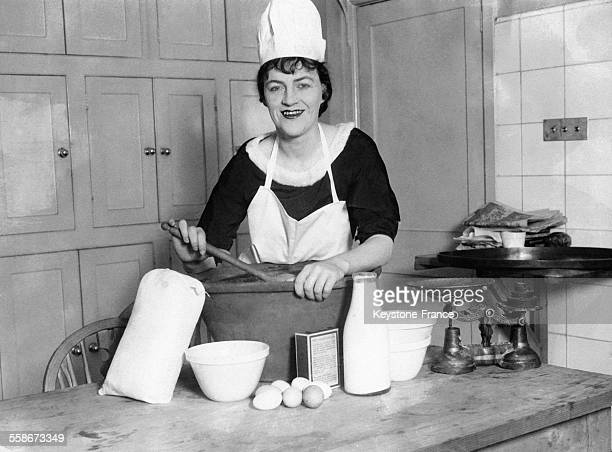 La comédienne britannique Gracie Fields prépare ellemême son Christmas pudding dans sa résidence de Hampstead le 6 décembre 1929 à Londres RoyaumeUni