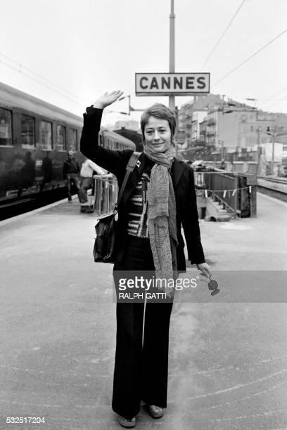 La comédienne française Annie Girardot pose pour les photographes en gare de Cannes en mai 1972 où elle est venue participer au Festival...
