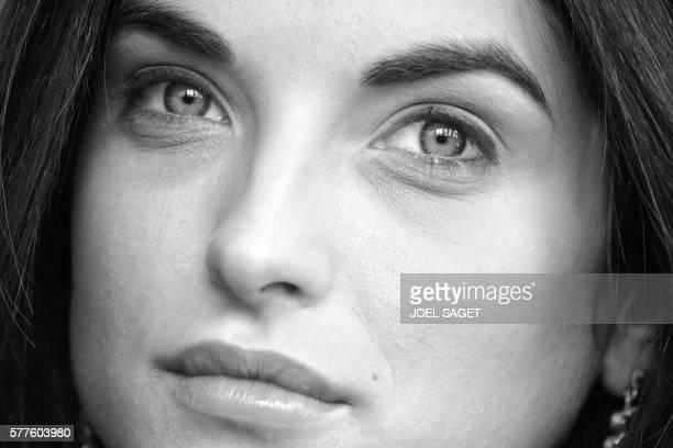 La comédienne Pauline Delpech pose chez elle le 07 avril 2006 Sortie du Conservatoire de Saint Germain en Laye Pauline Delpech joue dans 'Les Larmes...