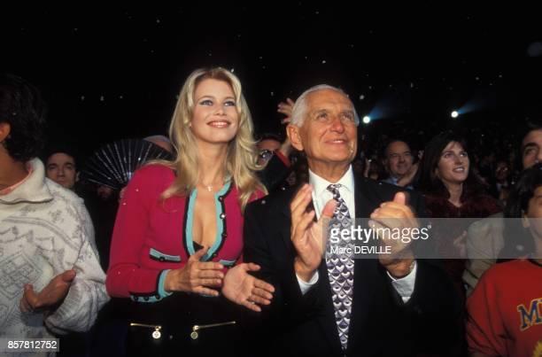 La compagne du magicien David Copperfield Claudia Schiffer et le pere de David Copperfield assistent a son spectacle le 29 septembre 1994 a Paris...